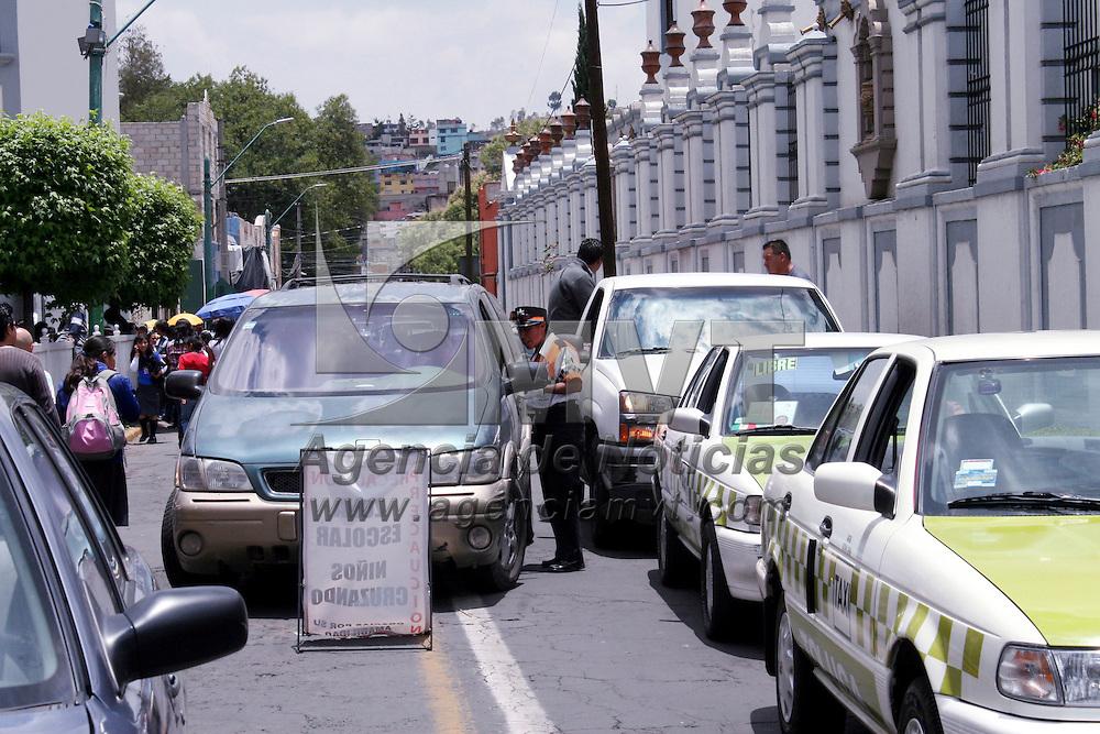 Toluca, Méx.- Con letreros indicando Zona Escolar y mujeres policías de transito se indica el cruce de niños que salen o entran a la escuela, para evitar algún incidente en la zona.  Agencia MVT / José Hernández