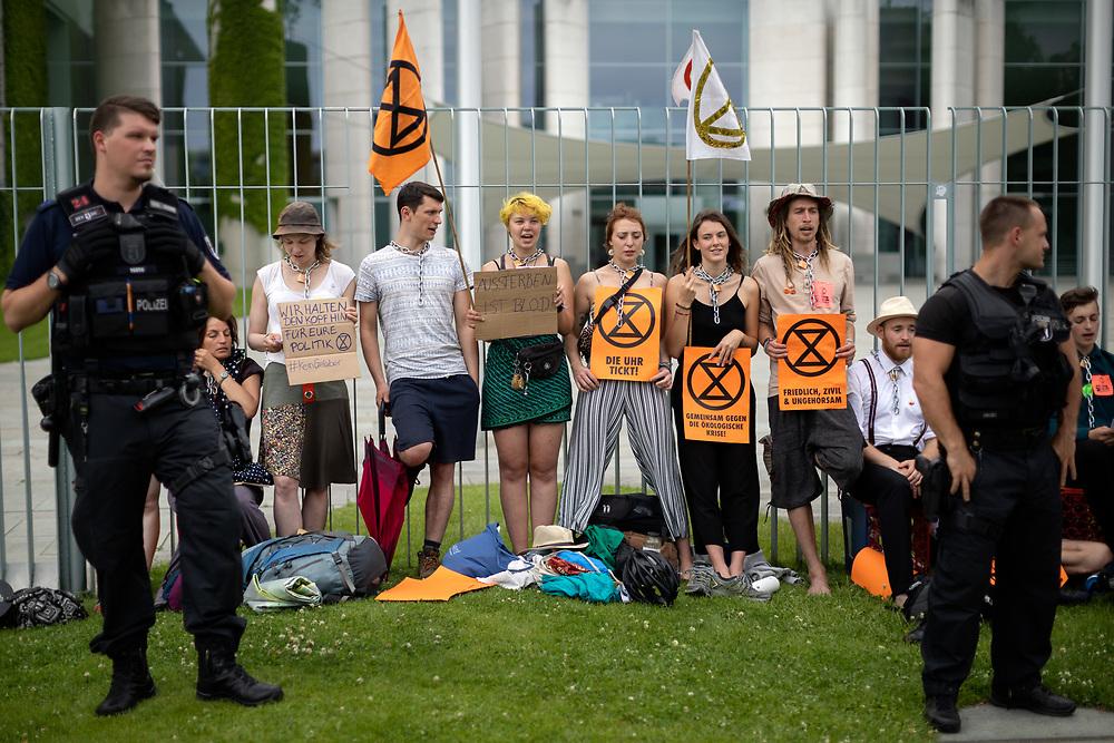 Ca. 30 Aktivist Innen des Aktionsbündnisses Extinction Rebellion (XR) ketten sich als Protest gegen die Klimapolitik der Bundesregierung an den Zaun des Bundeskanzleramts. Die Demonstranten fordern die Ausrufung des Klimanotstandes. Nach einigen Stunden schneiden Polizisten die Aktivisten mit einem Bolzenschneider los.<br /> <br /> [© Christian Mang - Veroeffentlichung nur gg. Honorar (zzgl. MwSt.), Urhebervermerk und Beleg. Nur für redaktionelle Nutzung - Publication only with licence fee payment, copyright notice and voucher copy. For editorial use only - No model release. No property release. Kontakt: mail@christianmang.com.]