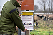 Nederland, Ooijpolder, 4-1-2018Boswachter van Staatsbosbeheer is  bezig de uiterwaarden en de Stadswaard af te sluiten. Vanwege het verwachte hoogwater moeten de dieren die hier op hoger gelegen grond hun toevlucht zoeken met rust gelaten worden en worden wandelaars en andere recreanten geweerd.Foto: Flip Franssen