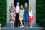 Zomerfotosessie 2018 bij Villa de Eikenhorst in Wassenaar<br /> <br /> Summer photo session 2018 at Villa de Eikenhorst in Wassenaar<br /> <br /> Op de foto / On the photo:  Koning Willem-Alexander en koningin Maxima met hun dochters prinses Amalia, prinses Ariane en prinses Alexia <br /> <br /> King William Alexander and Queen Maxima with their daughters Princess Amalia, Princess Ariane and Princess Alexia