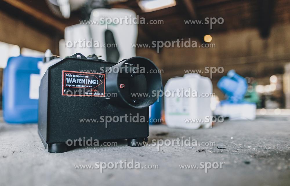 THEMENBILD - Verneblungsmaschine. Mit Hilfe einer umgebauten Schneekanone der Firma Daka Schadensanierung GmbH sollen so größere Flächen und Räume desinfiziert werden. die Schneekanone kann trockenen Nebel – eine Mischung aus Wasserstoffperoxid und Silberionen – bis zu 50 Meter weit werfen, aufgenommen am 10. April 2020 in Hopfgarten im Brixental, Oesterreich // fog machine. With the help of a modified snow blower from the company Daka GmbH, larger areas and rooms are to be disinfected. The snow blower can throw dry fog - a mixture of hydrogen peroxide and silver ions - up to 50 meters, Hopfgarten im Brixental, Austria on 2020/04/10. EXPA Pictures © 2020, PhotoCredit: EXPA/ JFK