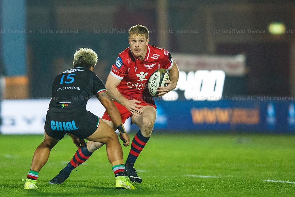 Llanelli, UK. 8 November, 2020.<br /> Scarlets fullback Johnny McNicholl on the attack during the Scarlets v Zebre PRO14 Rugby Match.<br /> Credit: Gruffydd Thomas/Alamy Live News