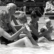 NLD/Lage Vuursche/19920629 - Moeders en kinderen genieten van de zomer in zwembad Lage Vuursche bosbad