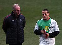 Fotball<br /> England trener foran privatlandskamp mot Spania<br /> 16. november 2004<br /> Foto: Digitalsport<br /> NORWAY ONLY<br /> Sven Goran Eriksson chats to Michael Owen during training