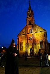 Eloi Sandi, com a catedral de Gramado ao fundo na qual reza missa todos os domingos<br /> FOTO: Jefferson Bernardes/Preview.com