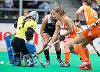 ROTTERDAM - hockey - Kelly Jonker speelt de bal langs keeper Claudia Schuler waarna Sabine Mol (r) zal scoren  zondag tijdens de hockeywedstrijd tussen de vrouwen van Nederland en Chili in de Hockey World League. ANP KOEN SUYK