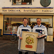 Slagerij Ton Spoelder Nieuweweg Laren, broeders te Pas met de slavink