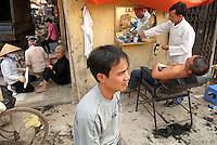 Vietnam. Hanoi. Barbier dans les rues de la vieile ville. // Vietnam. Hanoi. Barber in old town.