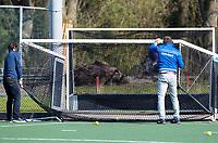AMSTELVEEN -  coaches  Santi Freixa (Kampong) met Hurley coach Jorge Nolte (r) verplaatsen een doel  voor de hoofdklasse competitiewedstrijd dames hockey Hurley-Kampong (2-4). tegenstanders werken samen.  COPYRIGHT KOEN SUYK