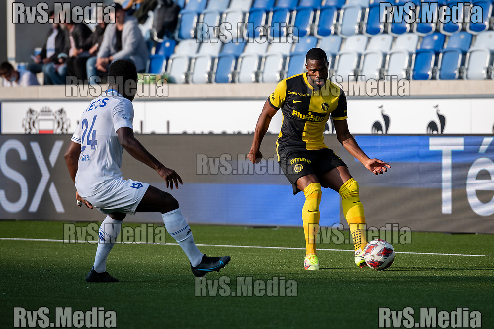 LAUSANNE, SWITZERLAND - SEPTEMBER 22: Ulisses Garcia #21 of BSC Young Boys carries the ball in front of Armel Junior Zohouri #24 of FC Lausanne-Sport during the Swiss Super League match between FC Lausanne-Sport and BSC Young Boys at Stade de la Tuiliere on September 22, 2021 in Lausanne, Switzerland. (Photo by Basile Barbey/RvS.Media/)