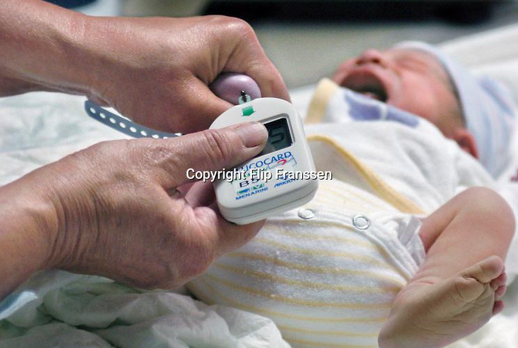 Nederland, Nijmegen, 9-5-2013Pasgeboren baby wordt de hielprik afgenomen.Foto: Flip Franssen