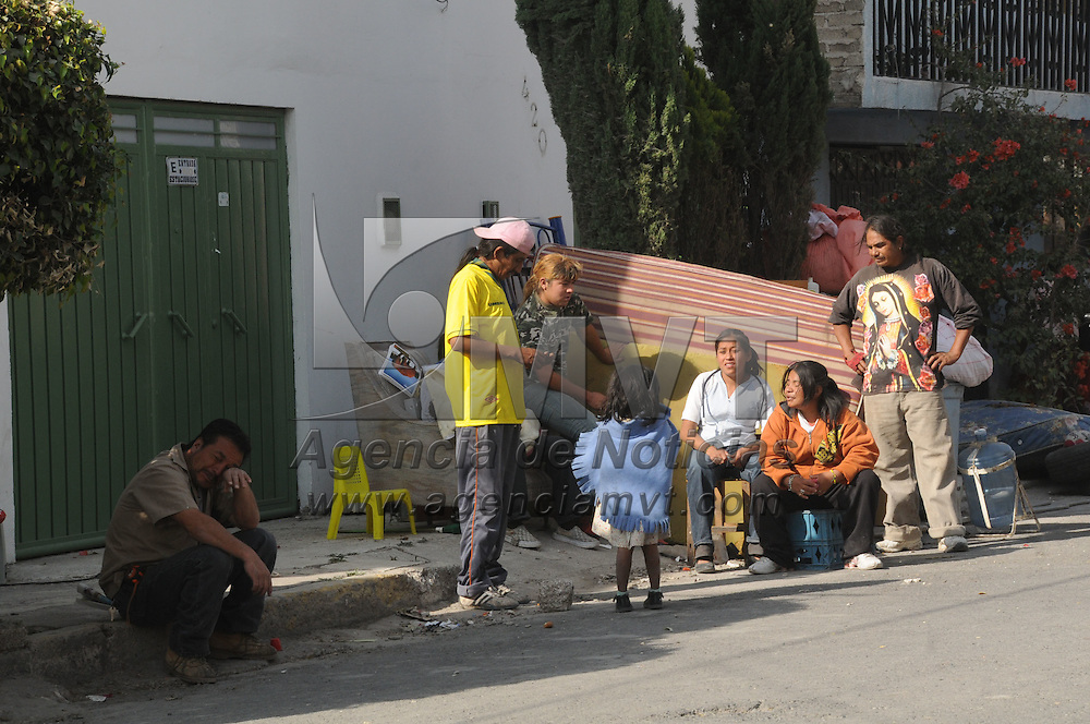 NEZAHUALCOYOTL, Mex.- Al menos 200 casas de la colonia Benito Juarez resultaron afectadas al registrarse esta mañana una explosion por acumulacion de gas en los basureros del bordo de Xochiaca, cientos de personas tuvieron que ser evacuadas de sus domicilios. Agencia MVT / Juan Garcia. (DIGITAL)