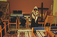 United Kingdom. Birmingham. The church at the University of Brimingham is transformed into a mosque for Friday prayers.  Birmingham  UnitedKingdom      /  L'église de l'Université de Birmingham transformée en mosquée pour la prière du vendredi.  Birmingham  Grande Bretagne