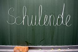 """THEMENBILD - Schulferien, am 04.07.2015 beginnen im Burgenland, Wien und Niederösterreich die Sommerferien. Die restlichen Bundesländer folgen am 11.07.2015. Im Bild der Schriftzug """"Schulende"""" auf einer Schultafel. EXPA Pictures © 2015, PhotoCredit: EXPA/ Jakob Gruber"""