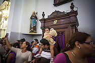 Cientos de devotos acuden hoy, miércoles 27 de marzo de 2013, a la basílica de Santa Teresa de Caracas (Venezuela) para adorar la imagen del Nazareno de San Pablo, una talla centenaria que representa a Jesucristo camino a la crucifixión. Los creyentes acuden vestidos de morado, algunos en señal de agradecimiento, otros para pagar alguna promesa. (Foto/Ivan Gonzalez)