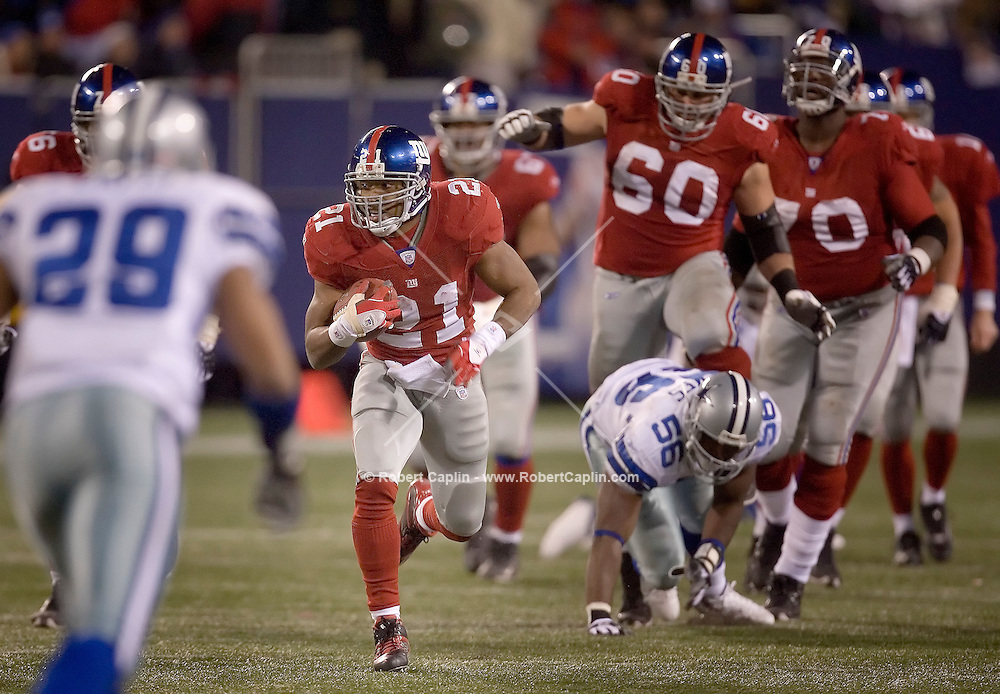 Tiki Barber runs down-field in the fourth quarter of the Dallas Cowboys vs New York Giants match-up at Giants Stadium in East Rutherford New Jersey, Dec. 3, 2006. Robert Caplin For The New York TImes..<br />