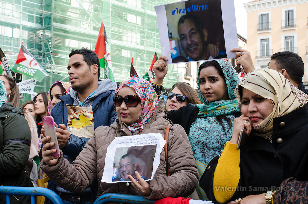Madrid, Spain. 12th November, 2016. Women holding the portrait of a man during the demonstration for a free Sahara in Madrid.