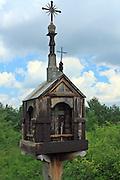 Kapliczka przydrożna ze wsi Bieliny z końca XIX wieku, Muzeum Wsi Kieleckiej – Park Etnograficzny w Tokarni.