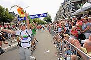 Nederland, Nijmegen, 23-7-2010Het vierdaagselegioen loopt over de Via Gladiola Nijmegen binnen. Na een feestelijke intocht volgt de uiteindelijke finish en het ophalen van het kruisje, vierdaagsekruisje, op de Wedren.Foto: Flip Franssen/Hollandse Hoogte