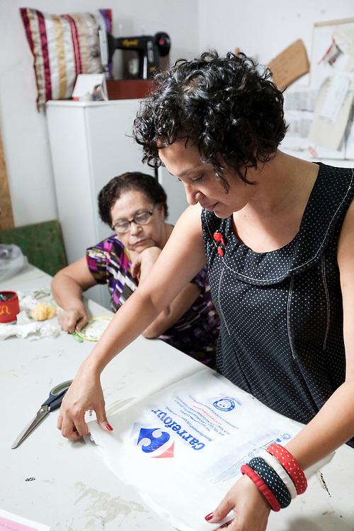 Belo Horizonte_MG, 17 de fevereiro de 2011. .PEGN / Mulheres Empreendedoras..Documentacao do Projeto 10.000 Mulheres do Banco Goldman Sachs teve inicio em 2008 e preve, em 5 anos, investir U$ 100 milhoes na formacao de mulheres empreendedoras de paises em desenvolvimento. No Brasil, a Fundacao Dom Cabral e a responsavel pelo projeto e, 500 mulheres, donas de micro e pequenos negocios foram escolhidas para o programa de gestao empresarial e estruturacao de um plano de negocios. A documentacao fotografica e feita com 5 mulheres que participa do curso em Belo Horizonte...Na foto, Mariane Santos Sampaio  junto a sua socia e sogra Celia Ferreira da Silva, da Trama Atelier. Empresa de confecacao de bolsas, acessorios e outros produtos, feitos de maneira totalmente artesanal, com materiais reciclados, como sacolas plasticas...Contato:.(31) 3433 5546 / 8832 7631.trama.bolsas@gmail.com.tramabolsas.blogspot.com..Foto: NIDIN SANCHES / NITRO
