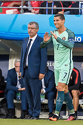 25.06.2016, Stade Bollaert Delelis, Lens, FRA, UEFA Euro 2016, Kroatien vs Portugal, Achtelfinale, im Bild Coach Fenando Santos (POR), Cristiano Ronaldo (POR) // Coach Fenando Santos (POR) Cristiano Ronaldo (POR) during round of 16 match between Croatia and Portugal of the UEFA EURO 2016 France at the Stade Bollaert Delelis in Lens, France on 2016/06/25. EXPA Pictures © 2016, PhotoCredit: EXPA/ JFK