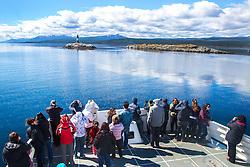 Turistas observam o Farol Les Eclaireurs mais conhecido por Farol do Fim do Mundo no Canal de Beagle, na região de Ushuaia, Argentina. FOTO: Jefferson Bernardes/ Agência Preview