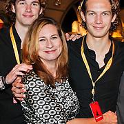 NLD/Amsterdam/20101007 - Europesche premiere Cirque du Soleil Totem, Carine Crutzen met zoons Sebastiaan en Vincent