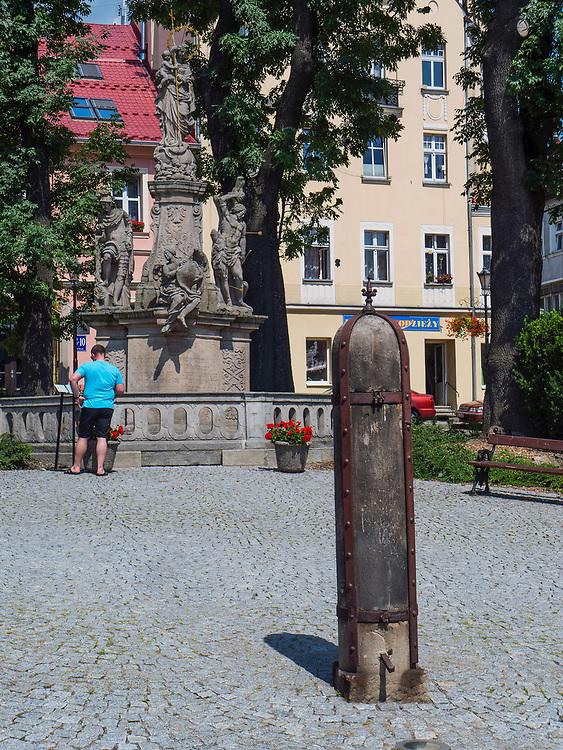 Pręgierz na rynku w Dusznikach-Zdroju, Polska<br /> The pillory on the market place in Duszniki-Zdrój, Poland