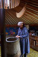 Mongolie, Province de Arkhangai, campement nomade, femme nomade distille de l'alcool de lait à l'intéreur de sa yourte // Mongolia, Arkhangai province, nomad woman distilling milk alcohol the in the yurt