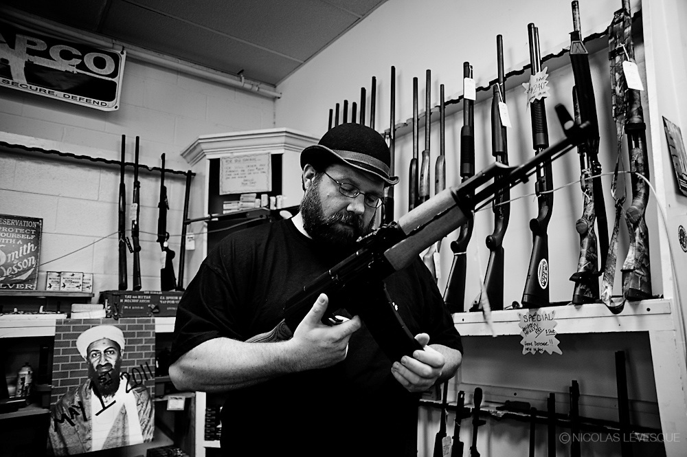 Chez Harold's Pawn Shop, une boutique de prêteur sur gages, on y vend des armes usagées. On y porte aussi un gilet avec l'inscription : It's the law, in Kennesaw. Kennesaw, USA.