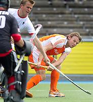 AMSTELVEEN - International Bob de Voogd  in actie. De mannen van het Nederlands Hockeyteam hebben zondag, ter voorbereiding aan het EK dat volgende week in Duitsland wordt gehouden, geoefend tegen Canada (7-2).   ANP  Copyright Koen Suyk.