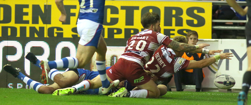 Lewis Tierney of Wigan Warriors scores the winning try<br /> <br /> Photographer Dave Howarth/CameraSport<br /> <br /> First Utility Super League Super – Round 21 - Wigan Warriors v Wakefield Wildcats - Friday 08 July 2016 - DW Stadium - Wigan<br /> <br /> World Copyright © 2016 CameraSport. All rights reserved. 43 Linden Ave. Countesthorpe. Leicester. England. LE8 5PG - Tel: +44 (0) 116 277 4147 - admin@camerasport.com - www.camerasport.com