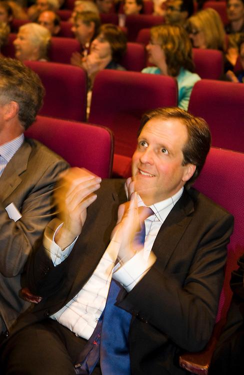 Nederland, Amsterdam, 16 april 2010.D66 verkiezingscongres in de Theatre Factory in Amsterdam. .Lijsttrekker Alexander Pechtold luistert en applaudiseert tijdens toespraak Sophie in 't Veld.Foto (c)  Michiel Wijnbergh