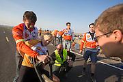 Christien Veelenturf stapt ui de VeloX4 op de vijfde racedag. Het Human Power Team Delft en Amsterdam (HPT), dat bestaat uit studenten van de TU Delft en de VU Amsterdam, is in Amerika om te proberen het record snelfietsen te verbreken. Momenteel zijn zij recordhouder, in 2013 reed Sebastiaan Bowier 133,78 km/h in de VeloX3. In Battle Mountain (Nevada) wordt ieder jaar de World Human Powered Speed Challenge gehouden. Tijdens deze wedstrijd wordt geprobeerd zo hard mogelijk te fietsen op pure menskracht. Ze halen snelheden tot 133 km/h. De deelnemers bestaan zowel uit teams van universiteiten als uit hobbyisten. Met de gestroomlijnde fietsen willen ze laten zien wat mogelijk is met menskracht. De speciale ligfietsen kunnen gezien worden als de Formule 1 van het fietsen. De kennis die wordt opgedaan wordt ook gebruikt om duurzaam vervoer verder te ontwikkelen.<br /> <br /> Christien Veelenturf gets out the VeloX4 on the fifth racing day. The Human Power Team Delft and Amsterdam, a team by students of the TU Delft and the VU Amsterdam, is in America to set a new  world record speed cycling. I 2013 the team broke the record, Sebastiaan Bowier rode 133,78 km/h (83,13 mph) with the VeloX3. In Battle Mountain (Nevada) each year the World Human Powered Speed Challenge is held. During this race they try to ride on pure manpower as hard as possible. Speeds up to 133 km/h are reached. The participants consist of both teams from universities and from hobbyists. With the sleek bikes they want to show what is possible with human power. The special recumbent bicycles can be seen as the Formula 1 of the bicycle. The knowledge gained is also used to develop sustainable transport.