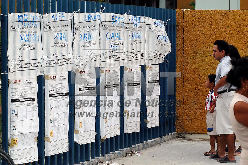 Cancun, Q. Roo.- Una pareja observa la cotabilidad de votos en una casilla electoral donde se llevaron elecciones para elegir gobernador del estado de Quintana Roo. Agencia MVT / Luis Miguel Barrera. (DIGITAL)<br /> <br /> NO ARCHIVAR - NO ARCHIVE
