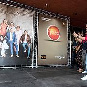 NLD/Hilversum/20180830 - Premiere GTST seizoen 29, Ferry Doedens maakt foto van de nieuwe cast