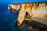 France, Seine-Maritime (76), Pays de Caux, Côte d'Albâtre, Etretat, la falaise d'Aval, la Manneporte, l'Arche d'Aval et l'Aiguille // France, Seine-Maritime (76), Pays de Caux, Côte d'Albâtre, Etretat, the cliff of Aval, the Manneporte, the Arche d'Aval and the Aiguille (Needle)