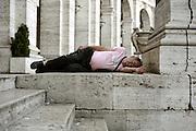 Un uomo dorme in piazza Esedra. Roma, 19 gennaio 2013. Christian Mantuano / OneShot