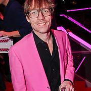 NLD/Hilversum/20101207 - Uitreiking Radiobitches awards 2010, Giel Beelen met champagne in zijn hand