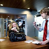 Nederland, Haarlem , 15 februari 2011..Studenten van InHolland spreken met statenleden, die campagne voeren, zoals hier Richard van de Socialistische Partij..Foto:Jean-Pierre Jans