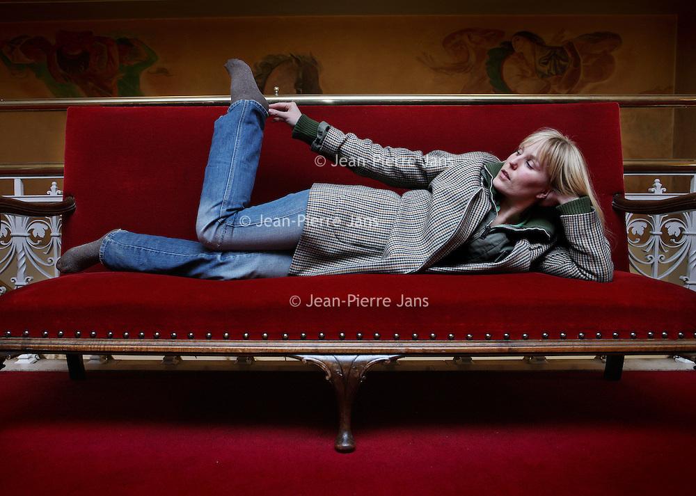 """Nederland, Amsterdam , 20 april 2010..Hadewych Minis (Maastricht, 5 januari 1977) is een Nederlandse actrice die zowel in films speelt, als in theaterproducties. Zij is vast verbonden aan Toneelgroep Amsterdam. Daarnaast is ze met enige regelmaat te zien in het TV-programma """"De Vloer Op"""" van de Humanistische Omroep...Foto:Jean-Pierre Jans"""
