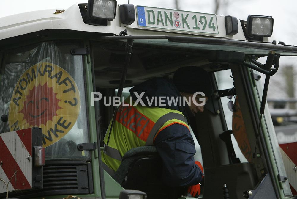 Ein probates Mittel, um Nachschubwege der Polizei zu stören: Treckerblockaden sind eine Domäne der Bäeuerlichen Notgemeinschaft, um im Wendland gegen die Castortransporte zu protestieren. <br /> <br /> Ort: Göhrde<br /> Copyright: Andreas Conradt<br /> Quelle: PubliXviewinG
