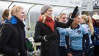 BILTHOVEN - HOCKEY - Geschorste Willemijn Bos (m) met Florine van Grimbergen van Laren  de hoofdklasse competitiewedstrijd tussen de dames van SCHC en LAREN (2-2).  links Sarah Jaspers van SCHC . COPYRIGHT KOEN SUYK