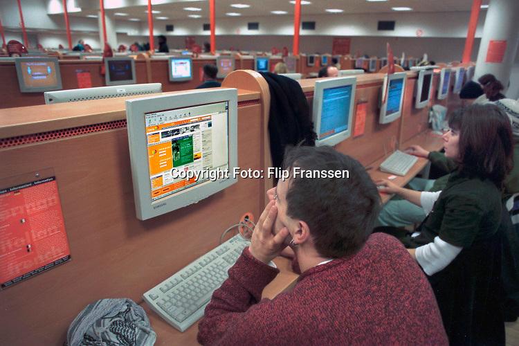 Nederland, Amsterdam, 15-01-2001 Internetcafé. Easy Everything. Internetcafe easyeverything in de Reguliersbreestraat, regulierbreestraat . Foto: ANP/ Hollandse Hoogte/ Flip Franssen