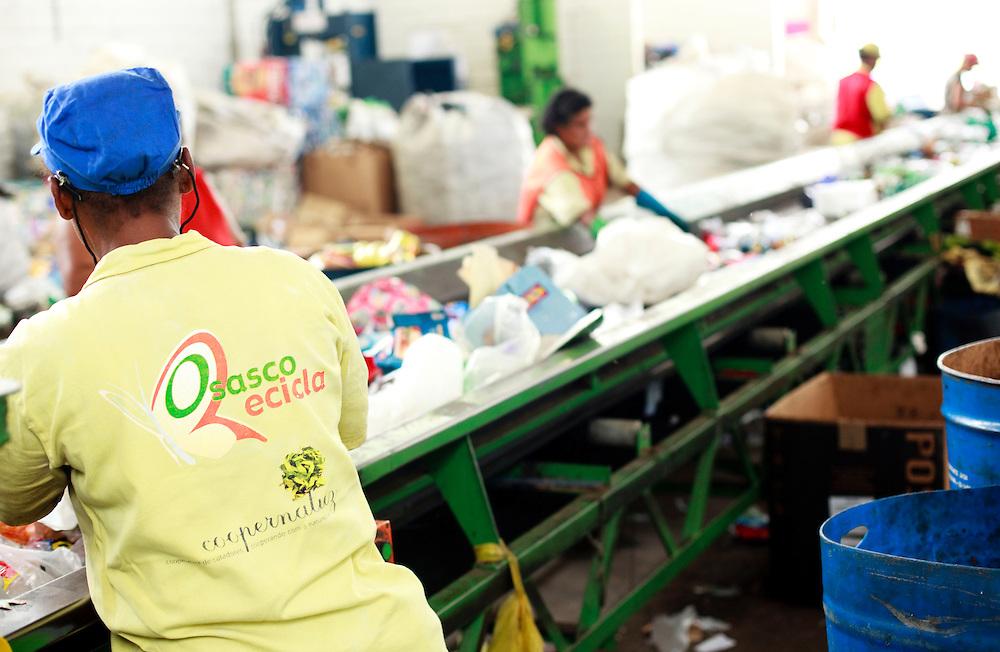 Osasco_SP, Brasil..Projeto Incubando empreendimentos populares, tecendo uma estrategia de desenvolvimento socioeconomico justo apoioados pela Prefeitura de Osasco, Sao Paulo. Na foto reciclagem de lixo...Popular Incubates project, creating a strategy for socio-economic development in the city of Osasco, Sao Paulo. In this garbage recycle...Foto: BRUNO MAGALHAES / NITRO..