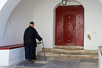 Grèce, Les Cyclades, Ile de Mykonos, Ano Mera, monastere de la Panagia Tourliani, le pope Theologos // Greece, Cyclades, Mykonos island, Ano Mera, Panagia Tourliani monastery, Pope Theologos