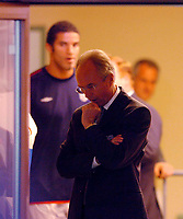 Fotball<br /> 04.09.2004<br /> Foto:SBI/Digitalsport<br /> NORWAY ONLY<br /> <br /> Østerrike v England<br /> World Cup Qualifier<br /> <br /> England coach Sven Gøran Eriksson (C) is pensive before the game as goalkeeper David James looks on.