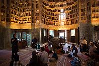 Iran, Ardabil, 21.08.2016: Muslimische Touristen bei einer Führung in der Scheich-Safi-Moschee. Provinz Ardabil, Nordwest-Iran. Sheikh Safi Mausoleum.