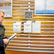 Nederland Rotterdam 26-03-2009 20090326 Foto: David Rozing ..Serie UWV, vmbo student bekijkt folders over solliciteren etc. UWV Werkbedrijf lokatie Schiekade centrum Rotterdam, de vroegere arbeidsbureaus ( CWI UWV ) De werkloosheid in Nederland begint op te lopen. Dat blijkt uit de jongste cijfers die het Centraal Bureau voor de Statistiek (CBS) de oorzaak is de krediet crisis Holland, The Netherlands, dutch, Pays Bas, Europe,  , autochtoon, autochtone, vrouw, meid, jonge, jonge,  , economische, financien, financiele, krimp, krimpen, nederlandse, economy ..Foto: David Rozing/