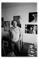 Jean Baudrillard (1929-2007) philosophe français et théoricien de la société contemporaine photographié chez lui à Paris. 1985.